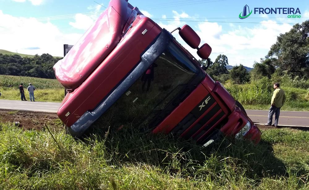 Pneu estoura e carreta tomba na BR-163, em Barracão