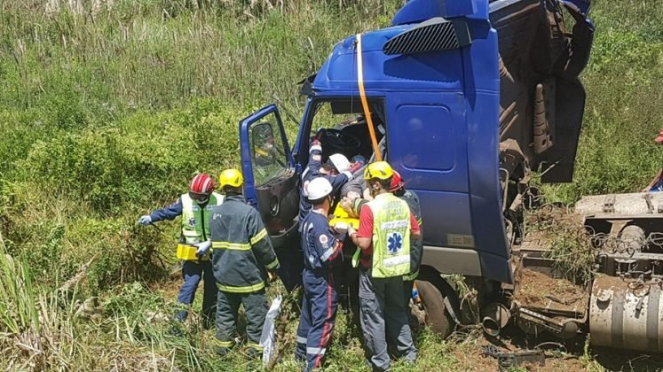 Motorista de Itapiranga fica ferido em saída de pista de caminhão na BR 282