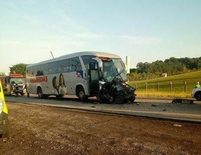 Acidente entre caminhão, ônibus e automóvel deixa um morto na BR-470