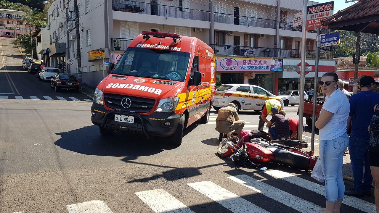 Motociclista fica ferida em acidente no centro de Itapiranga