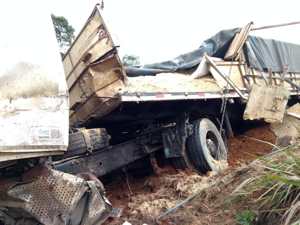 Caminhoneiro de São José do Cedro fica ferido em acidente no Paraná