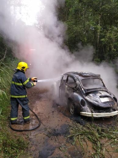 Fusca é consumido por fogo em Itapiranga