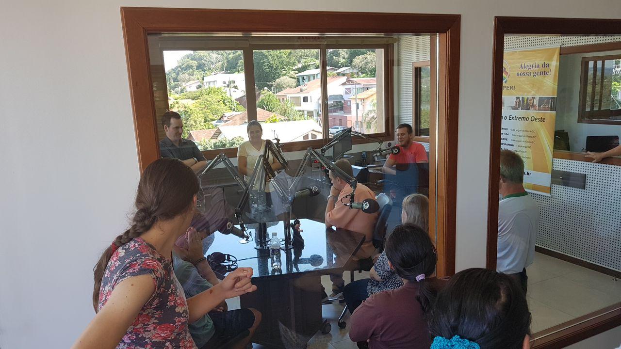 Alunos das Apaes visitaram as novas instalações da Rádio Itapiranga