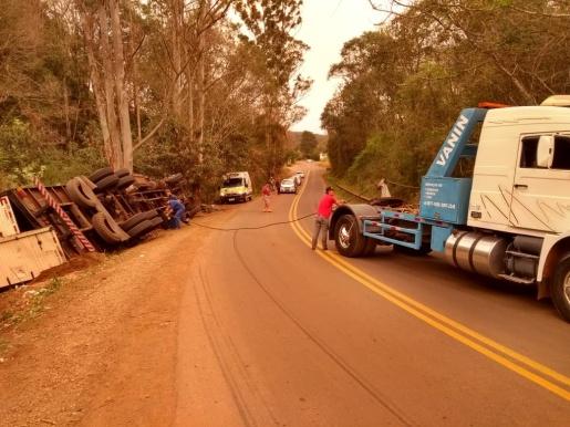 SC 305 está interditada para retirada de caminhão que tombou na pista