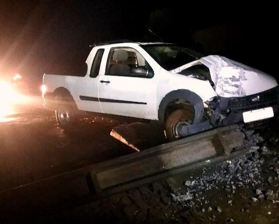 Condutor colide veículo contra poste e foge