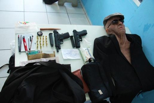 Ex-funcionário é preso em tentativa de assalto a banco usando máscara de idoso