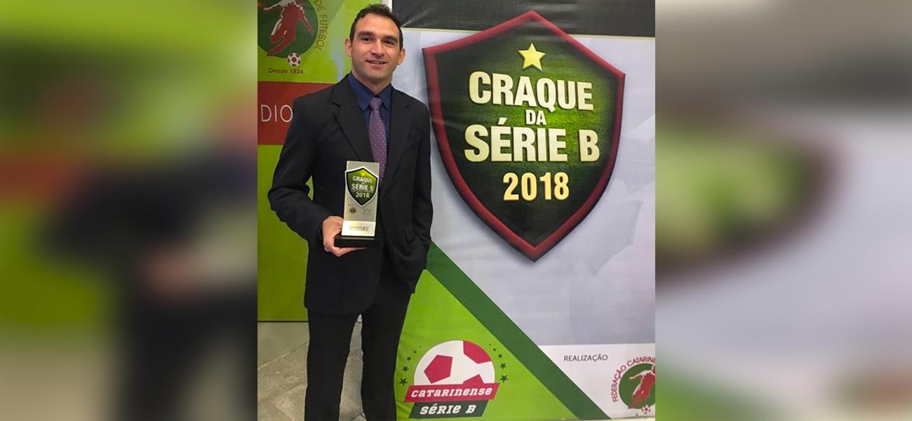 Árbitro assistente da Liga Esportiva Fronteirista recebe premiação