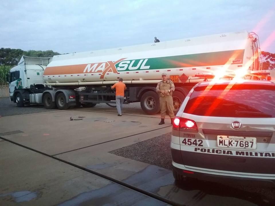 Polícia Militar escolta caminhão de combustível