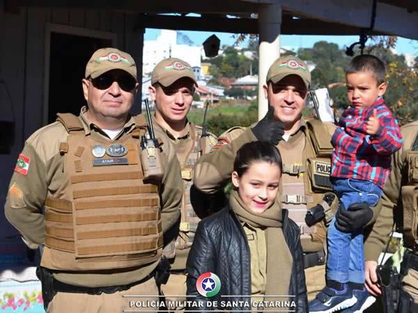 Menino ganha festa surpresa de policiais militares