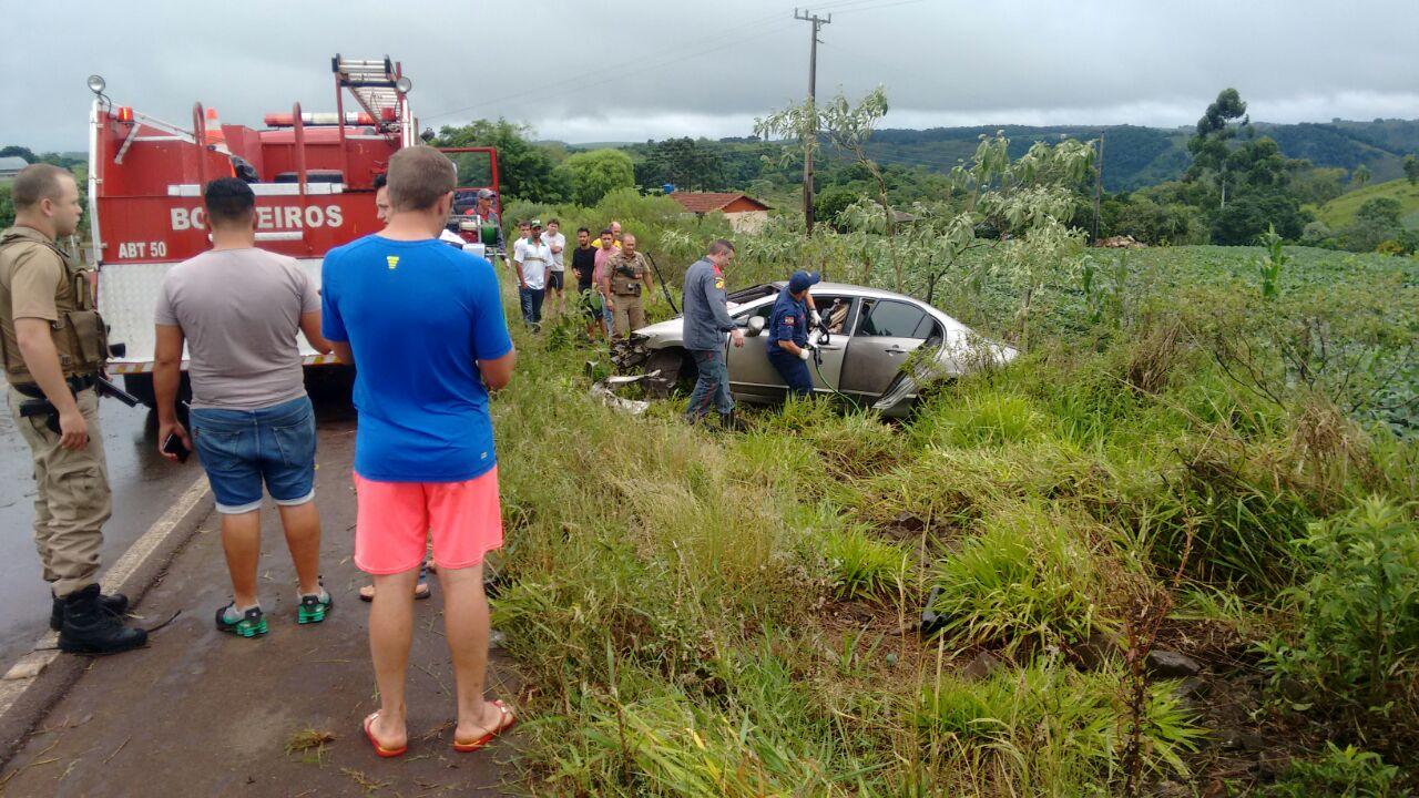 Saída de pista deixa cinco pessoas feridas na SC 160