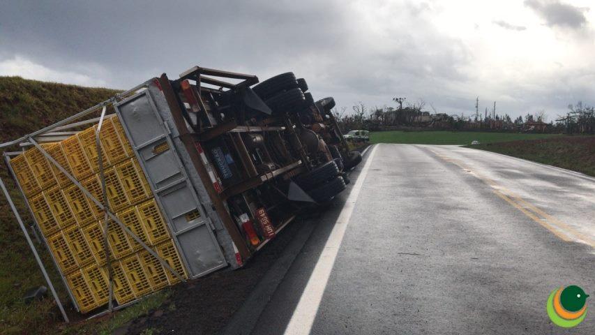 Vendaval tomba dois caminhões e deixa rastro de destruição no Rio Grande do Sul