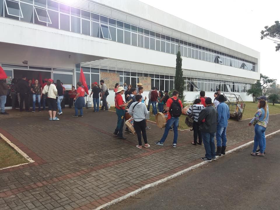 Moradores de assentamento fazem protesto na prefeitura contra fechamento de escola