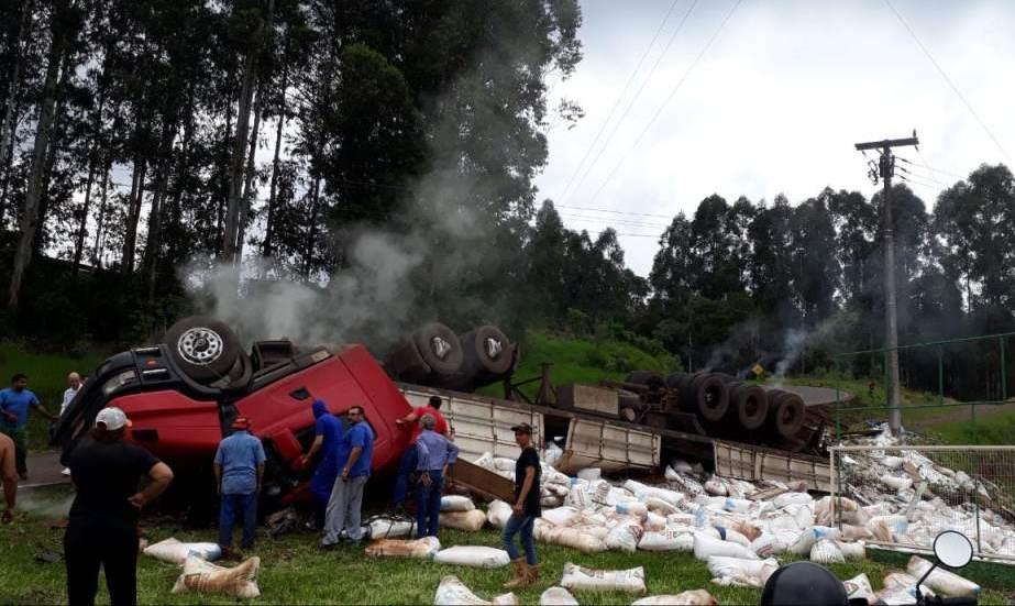 Caminhoneiro morre em capotamento de carreta em Lajeado Grande