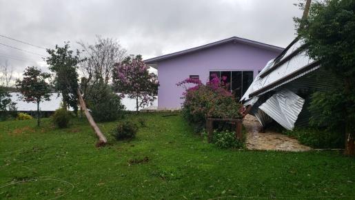 Galpão tem metade do telhado arrancado pelos fortes ventos em propriedade de Iporã do Oeste