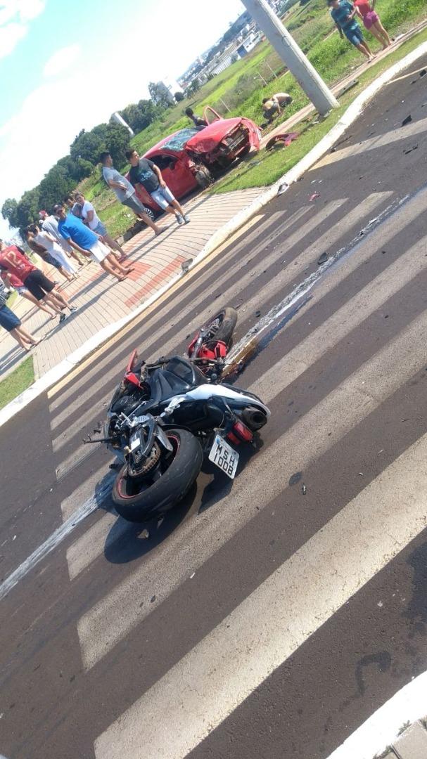 Colisão entre carro e moto deixa três pessoas feridas