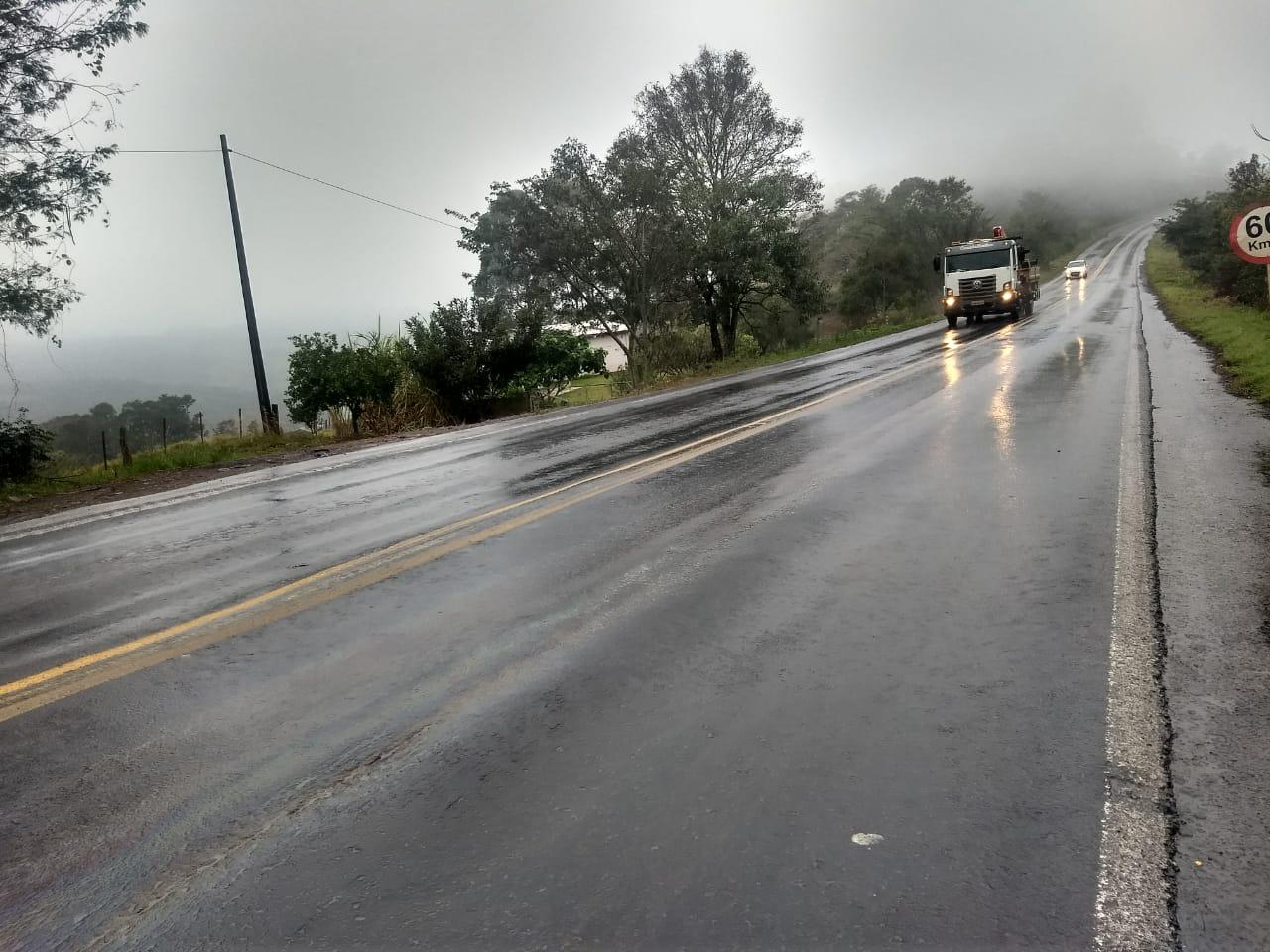 PRF alerta motoristas sobre vazamento de óleo na BR-163