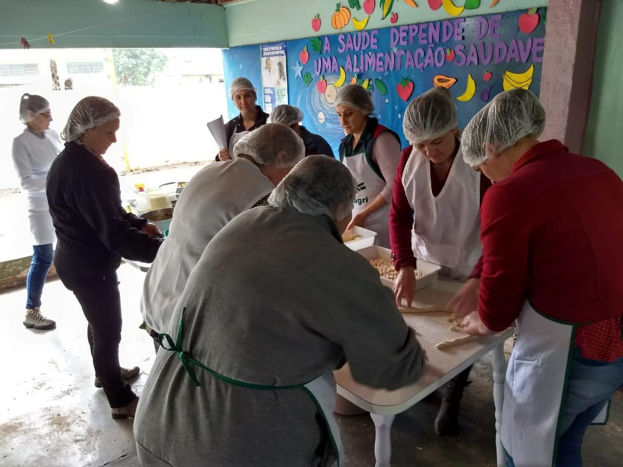 Merendeiras de rede municipal de ensino aprendem sobre diversificação do cardápio