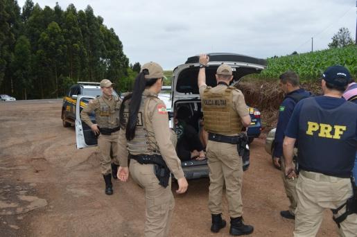 Casal é preso em flagrante com 60kg de maconha após fuga da PRF na BR-282