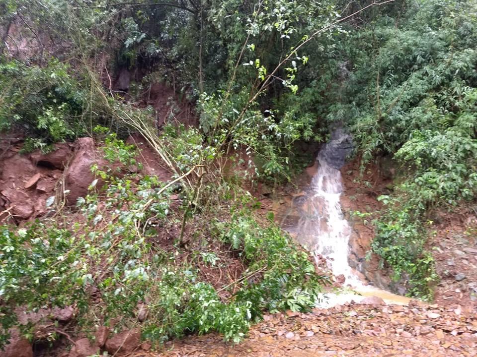 Desmoronamento de terra causa interdição de estrada em Palma Sola