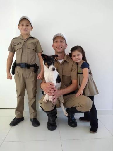 Cão abandonado invade viatura da PMRv e é adotado por policial