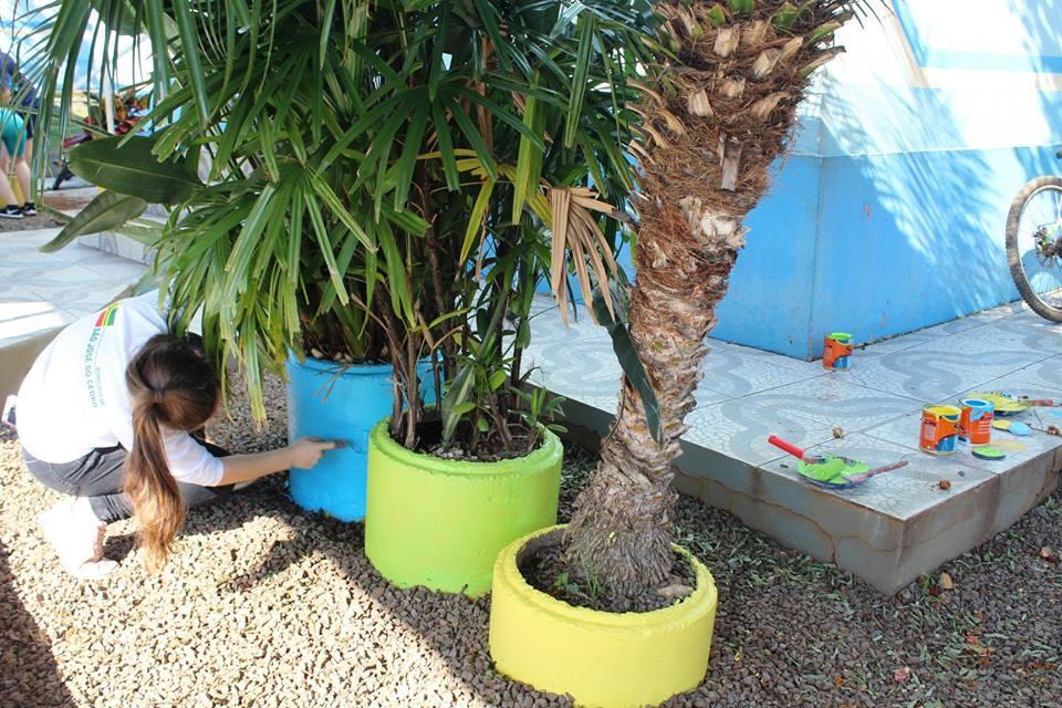 Estudantes realizam projeto de revitalização do jardim do Cemeg