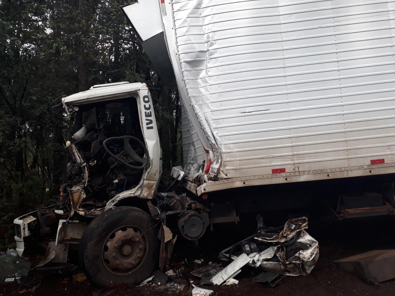 Acidente entre caminhões deixa motorista ferido na BR-282