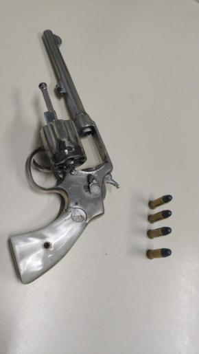 Polícia apreende arma de fogo e prende três pessoas no interior