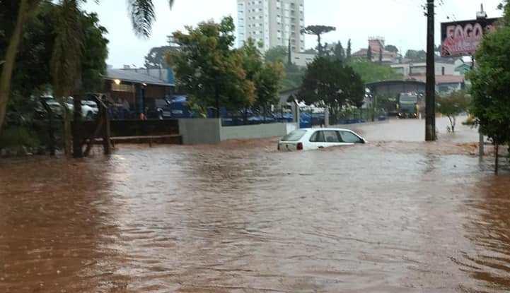 Carros ficam em baixo d'água no centro de Xanxerê