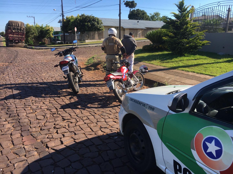 Motociclista fura bloqueio da PM e quase atropela participantes de corrida