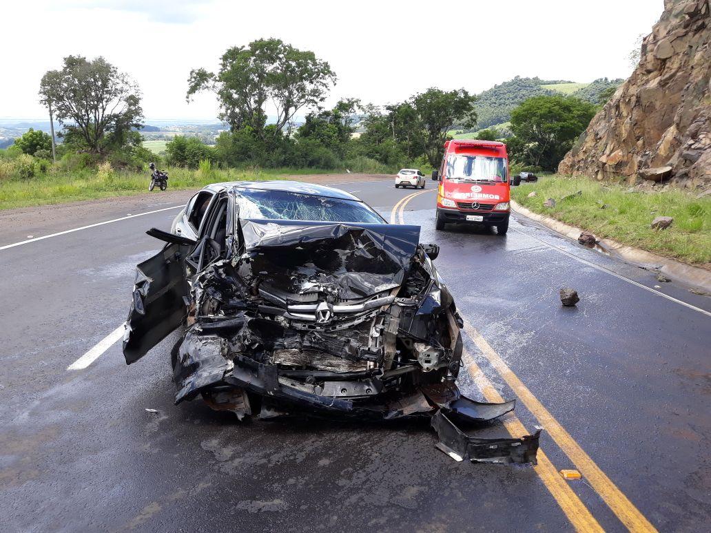 Veículo pega fogo após colisão na SC 157