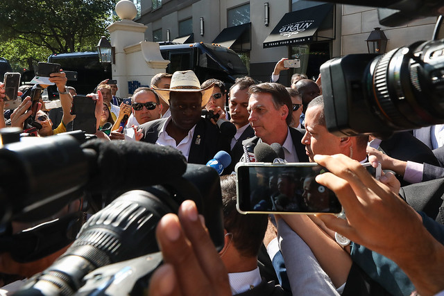 Bolsonaro chama de 'idiotas úteis' manifestantes contra cortes na educação