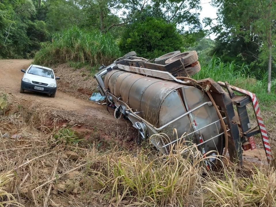 Caminhão de São José do Cedro tomba no interior de Guaraciaba