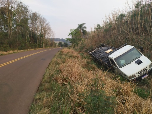 Caminhão sem freio deixa dois homens gravemente feridos