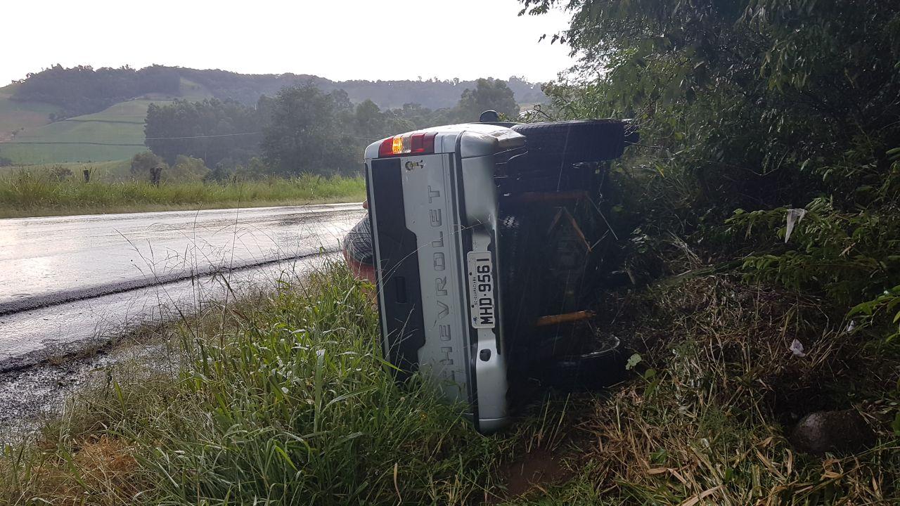 Motorista sai ileso ao capotar camionete na BR-163