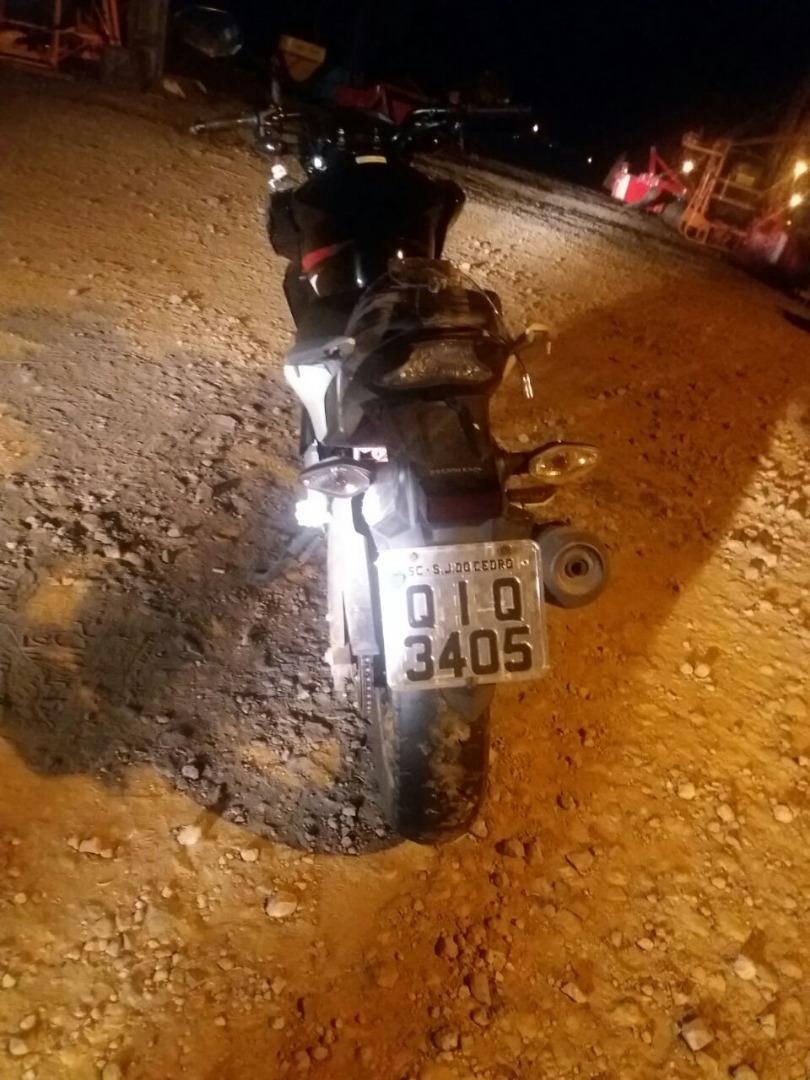 Motociclista sofre queda após passar sobre lombada recém instalada na BR-163