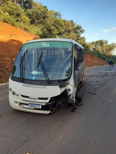 Colisão entre ônibus e carro deixa jovem morto na BR-282