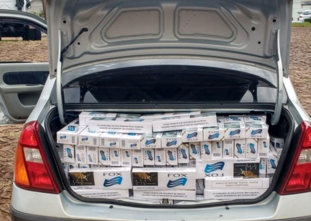PM apreende carro carregado com cigarro contrabandeado