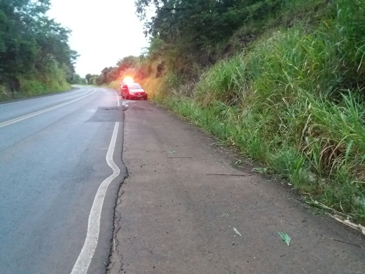 Motorista foge após colidir carro em pedras na BR-282