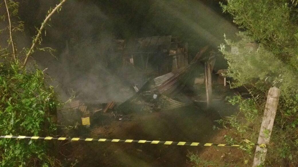 Residência e móveis são destruídos por incêndio