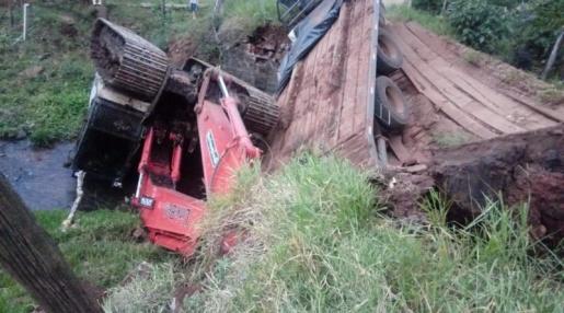 Caminhão com escavadeira cai em rio após ponte ceder no interior