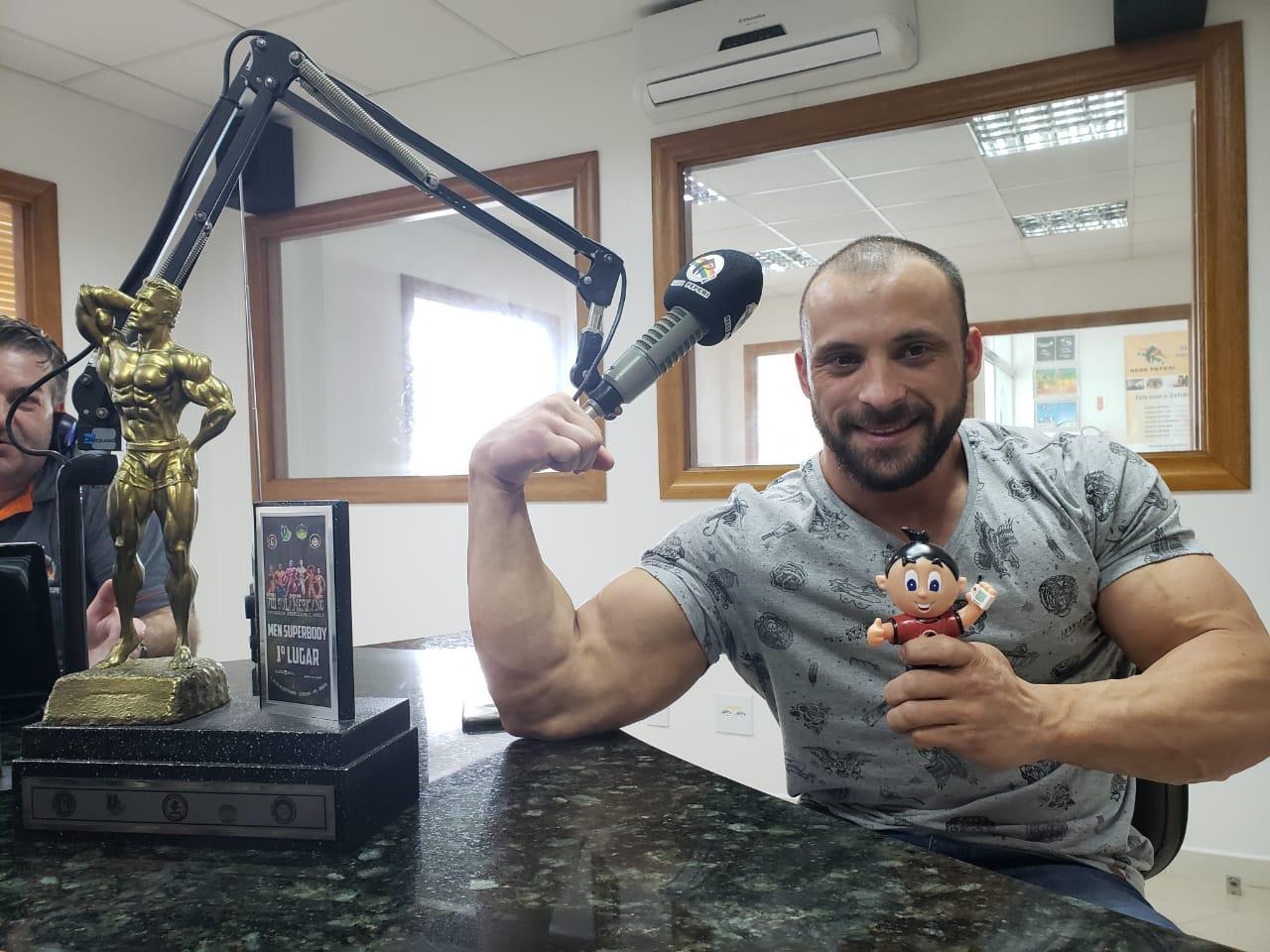 Campeão Sul Americano de fisiculturismo participa do Show de Bola da Rádio Oeste