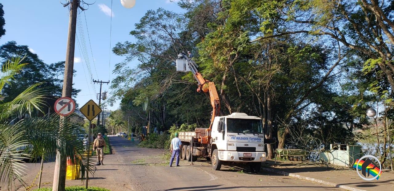 Prefeitura realiza podas na Avenida Uruguai em Itapiranga