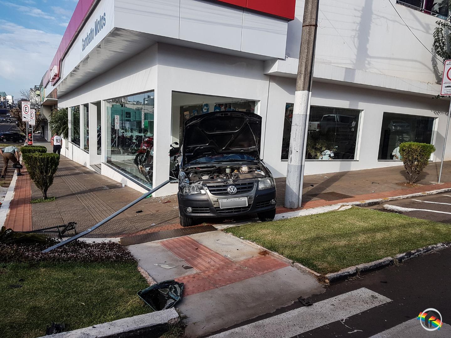 VÍDEO: Veículo tomba no centro após colisão lateral