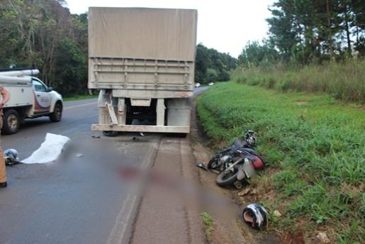 Homem morre em colisão entre moto e caminhão de Campo Erê