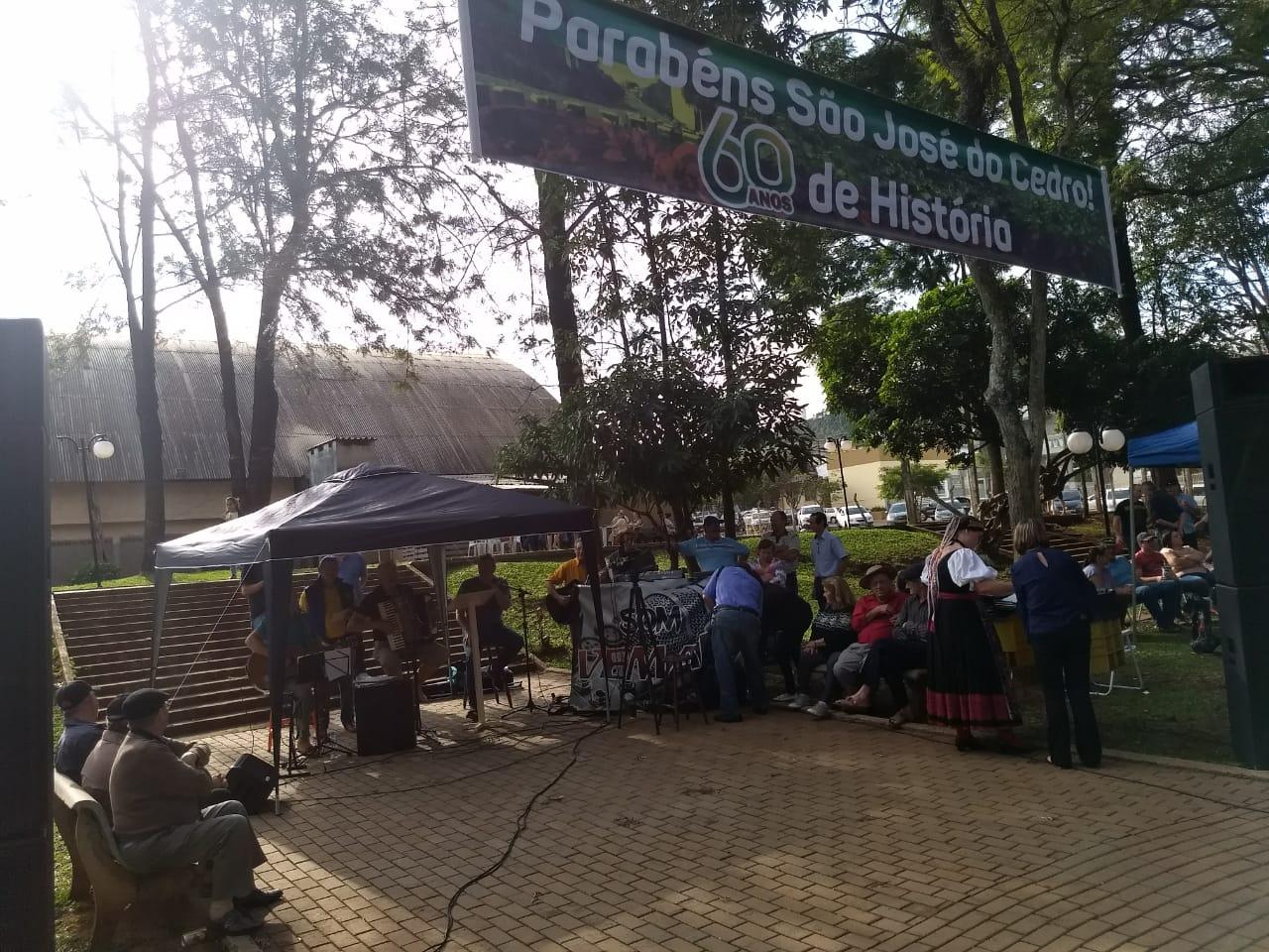 São José do Cedro comemora 60 anos com celebração e mateada na praça