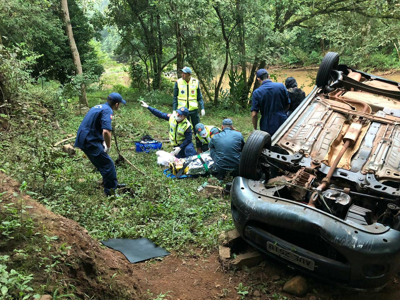Veículo despenca da cabeceira de ponte na SC-283
