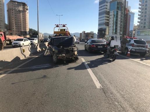 Carro trafega por 4km na contramão e causa acidente em Itapema