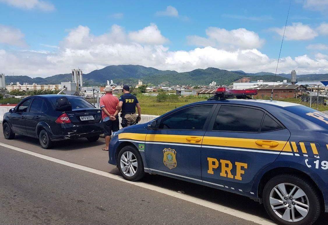 Homem é preso com carro roubado e placa adulterada com fita preta