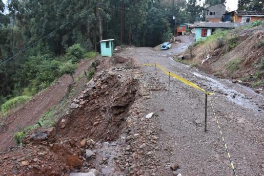 Chuva provoca desmoronamento de terra no interior