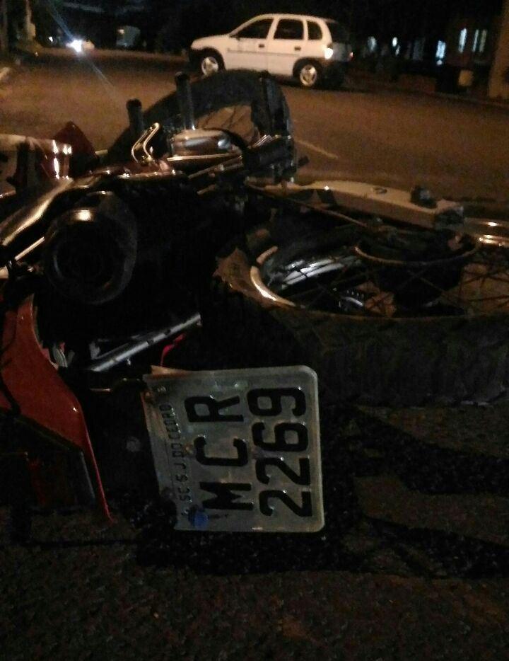 Colisão entre carro e moto deixa uma pessoa ferida